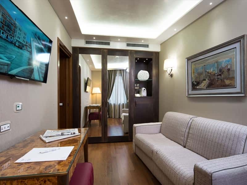 Hotel santa chiara venice hotels accommodation in venice for Hotel meuble santa chiara suite naples